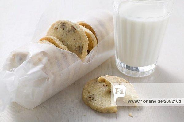 Nussplätzchen und Glas Milch