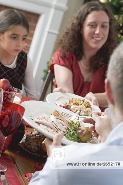Familie beim Weihnachtsessen (USA)