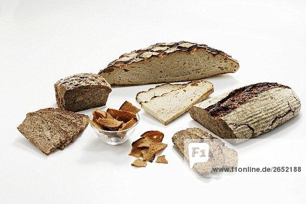 Holzofenbrote  angeschnitten  und geröstete Brotscheiben