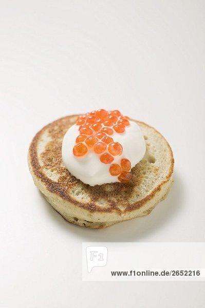 Blini mit saurer Sahne und Kaviar