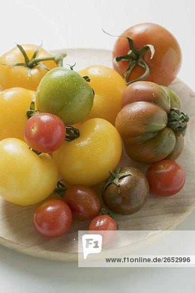 Verschiedene Tomatensorten auf Holzteller