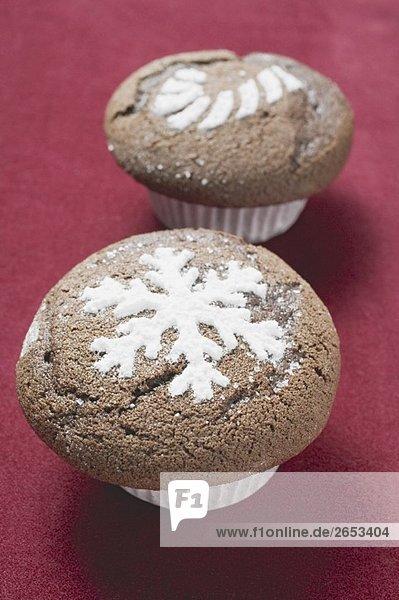 Zwei Schokoladenmuffins für Weihnachten