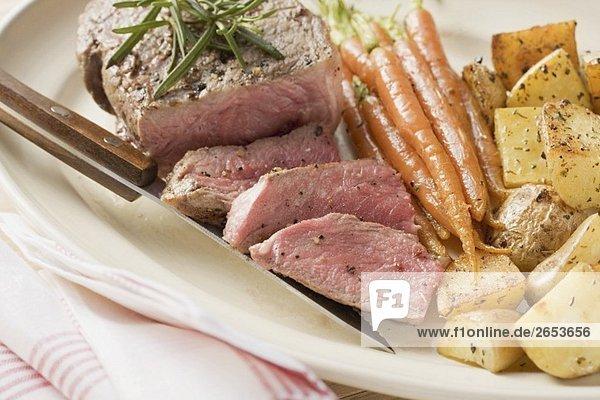 Filetsteak mit Möhren und Kartoffeln