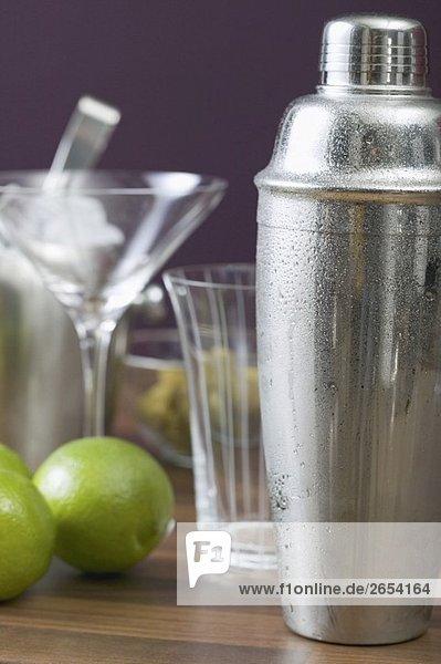 Cocktailshaker  Gläser und Limetten