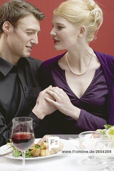 Elegantes Liebespaar beim Essen im Restaurant