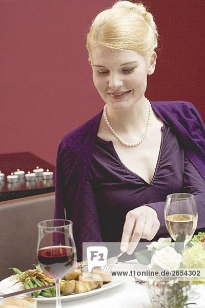 Frau nimmt Kartoffel vom Teller nebenan