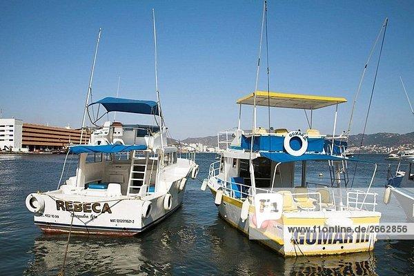 Zwei Boote vor Anker im Hafen  Acapulco  Guerrero Zustand  Mexiko