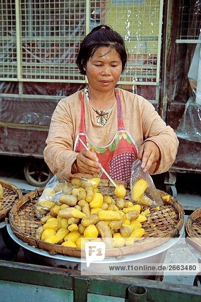 Frau verkaufen Essen am Straßenrand  Chiang Mai  Nordthailand