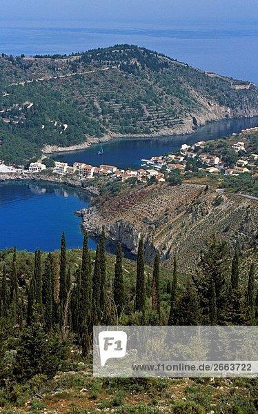 Blick hinunter auf Assos Halbinsel von Klippen  Kefalonia  Griechenland