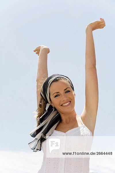 Frau  Meer  junge Erwachsene  Kopftuch  hands up