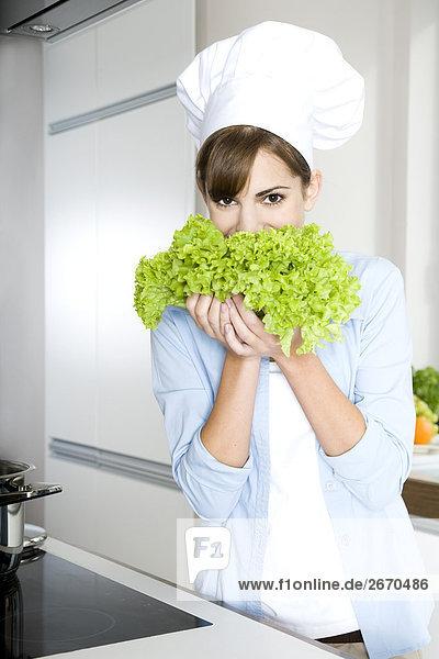 Frau hält kopfsalat