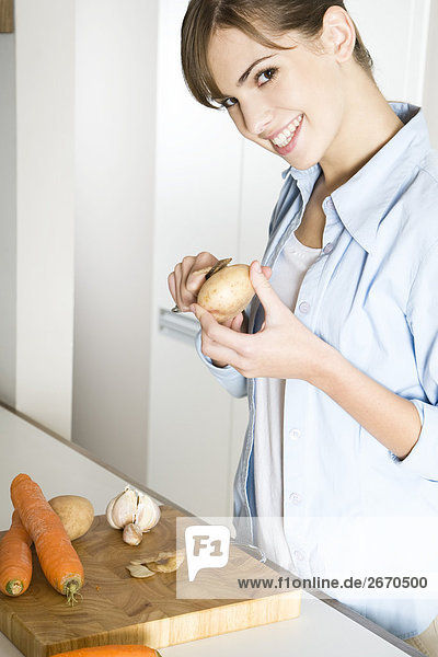 Frau Peeling Kartoffeln