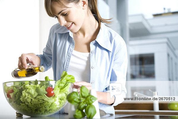 Frau Gießen Öl in Salat