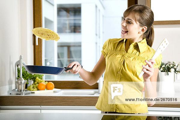 Frau machen Pfannkuchen