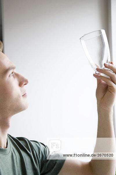 Mann Glas überprüfen
