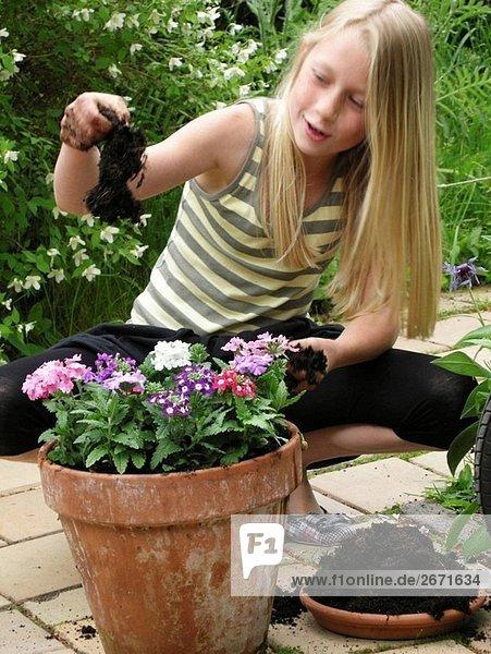 Young Girl playing im Garten.