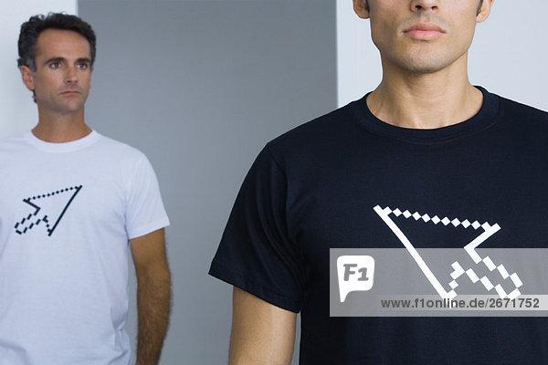 Männer in T-Shirts mit Computer-Cursor bedruckt  beschnitten