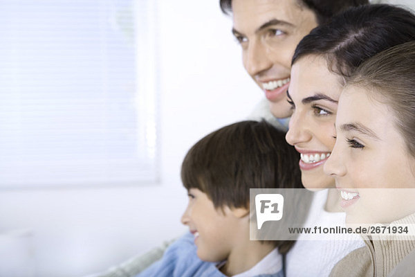 Familie sitzt zusammen  schaut weg  Seitenansicht