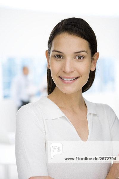 Junge Berufsfrau lächelnd vor der Kamera  Porträt