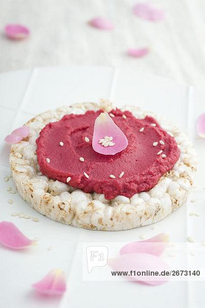 Rübe Püree und Blume Blütenblätter auf Rice cracker