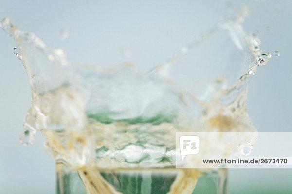 Wasser plantschen von Glas