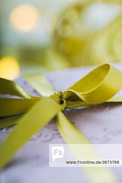 Gold Band gebunden in Bogen um Geschenk  extreme Nahaufnahme Gold Band gebunden in Bogen um Geschenk, extreme Nahaufnahme
