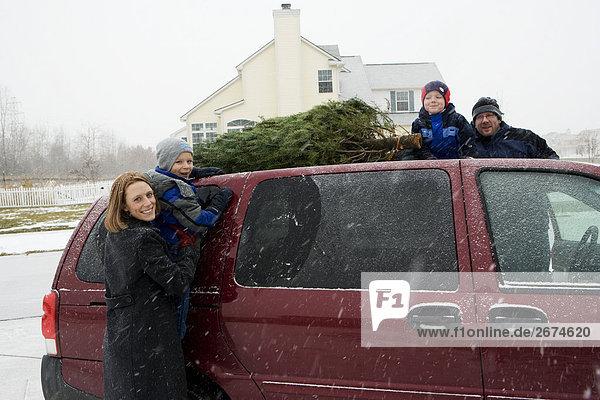 Dach Kleintransporter nehmen Weihnachtsbaum Tannenbaum Lieferwagen