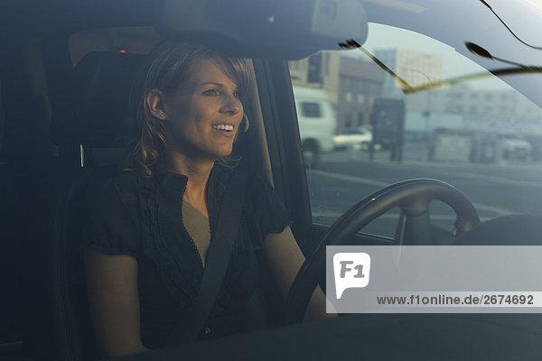 Frau und Fotograf in der Innenstadt von black car