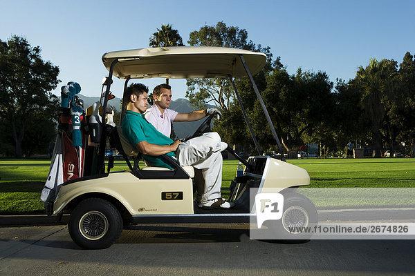 Zwei Golfer auf Golf-cart