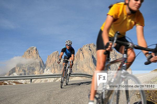 Zwei Mountainbiker Radfahren zusammen  Dolomiten  Italien