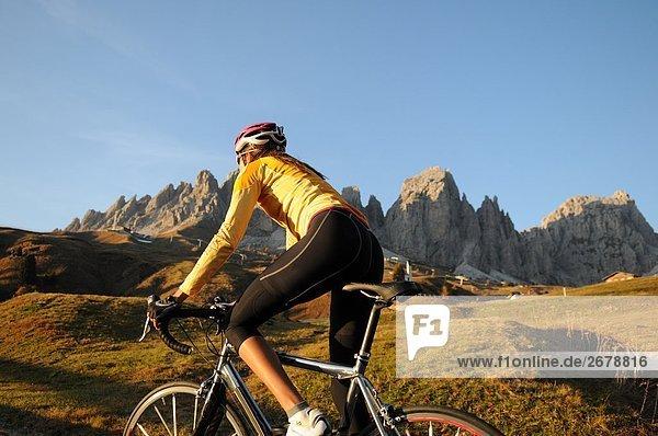 Nahaufnahme of Mountainbiker vor der Berge  Dolomiten  Italien