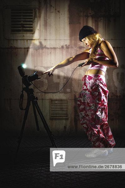 Frau nehmen ein Selbstporträt  Seitenansicht
