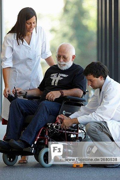 Gesundheit und Lebensqualität Einheit Forscher entwickeln eine Steuerung für intelligente Elektrorollstuhl  FIK Technologie Forschung-Programm für Alter und behinderter Menschen. Fatronik-Tecnalia  Forschung und Technologie-Zentrum  Donostia  Baskenland  Spanien