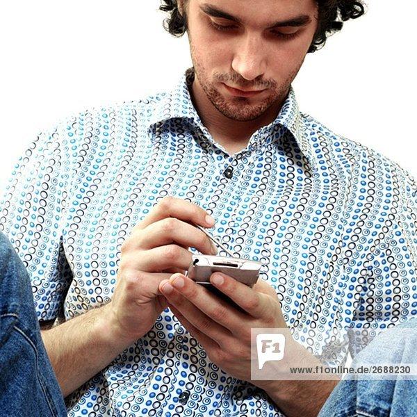 Nahaufnahme eines jungen Mannes Betrieb ein persönlicher Datenassistent