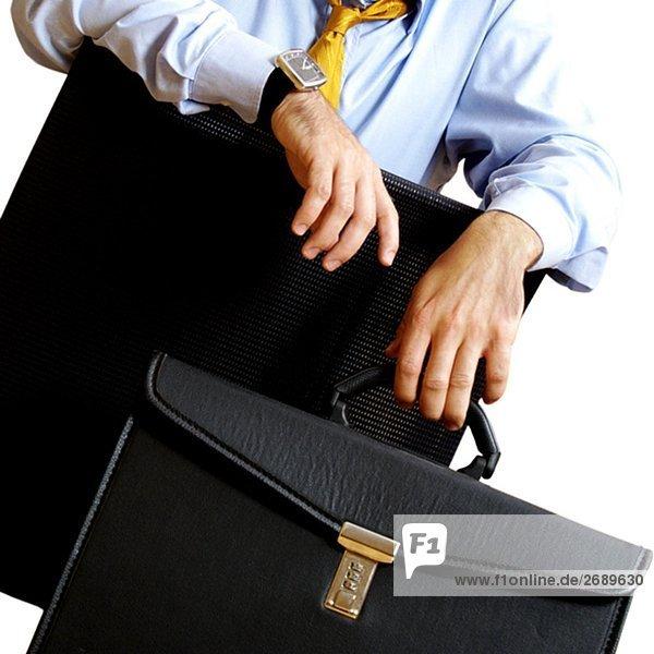 Mitte Schnittansicht eines Kaufmanns halten eine Tasche