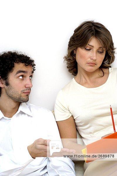 Nahaufnahme eines jungen Mannes Blick auf eine junge Frau