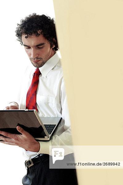 Unternehmer mit einem laptop