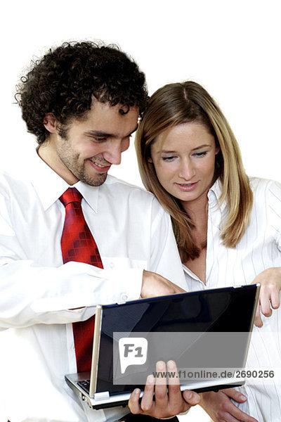 Kaufmann und mit einem Laptop geschäftsfrau