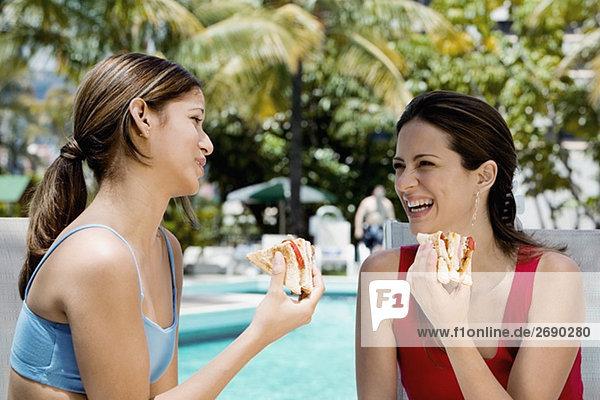 Nahaufnahme der zwei jungen Frauen Essen sandwiches