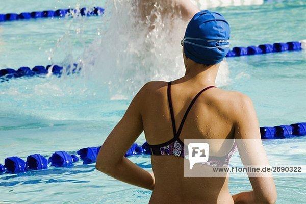 Frau Rückansicht Ansicht Schwimmbad