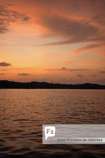 Wolken über dem Meer bei Sonnenuntergang