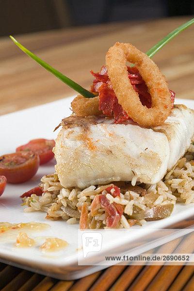 Fisch Pisces filettieren Close-up Teller Reis Reiskorn
