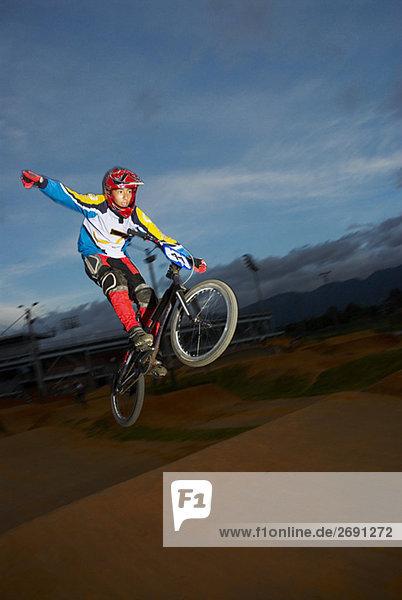 Jugendlicher Junge - Person Stunt zeigen Fahrrad Rad