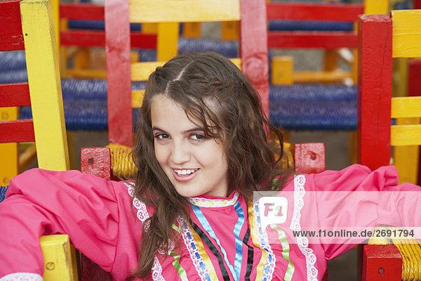 Portrait einer jungen Frau sitzen auf einem Stuhl