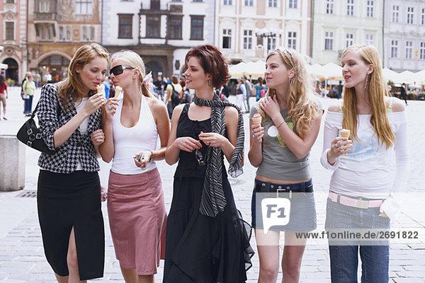 Gruppe von jungen Frauen zu Fuß mit Eis – Cream cones
