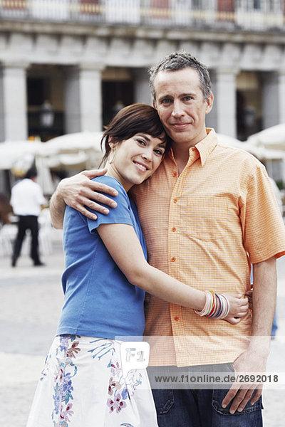 Porträt von ein älterer Mann und eine junge Frau einander umarmen