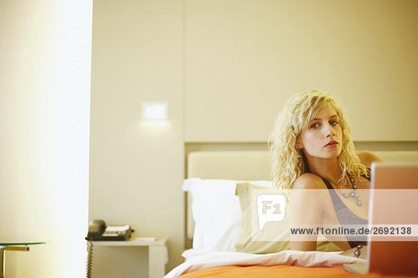 Portrait einer jungen Frau mit einem laptop