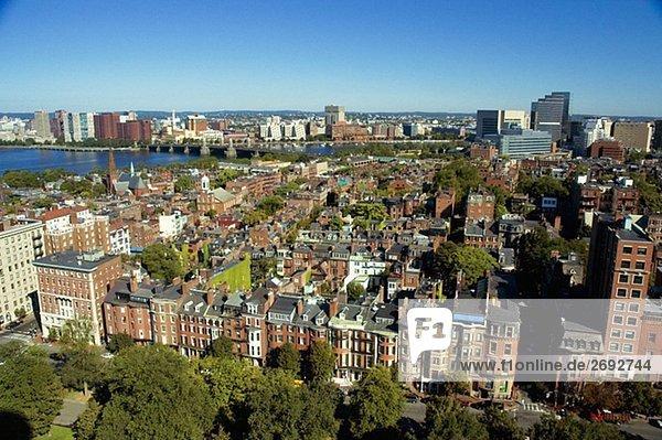 Erhöhte Ansicht von einem Gebäude entlang eines Flusses  Charles River  Boston  Massachusetts  USA
