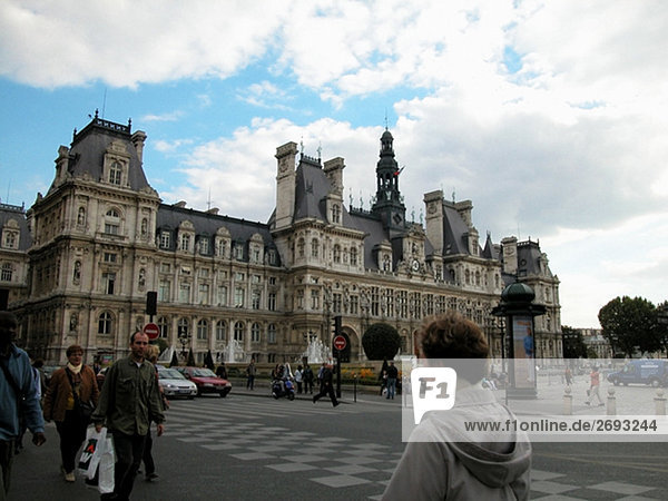 Gruppe beim Überqueren einer Straße  Paris  Frankreich