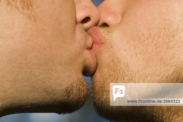 Nahaufnahme der zwei Homosexuell Männer küssen